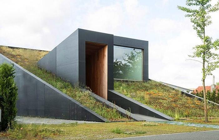 Pibo to dom przypominający podziemny schron.