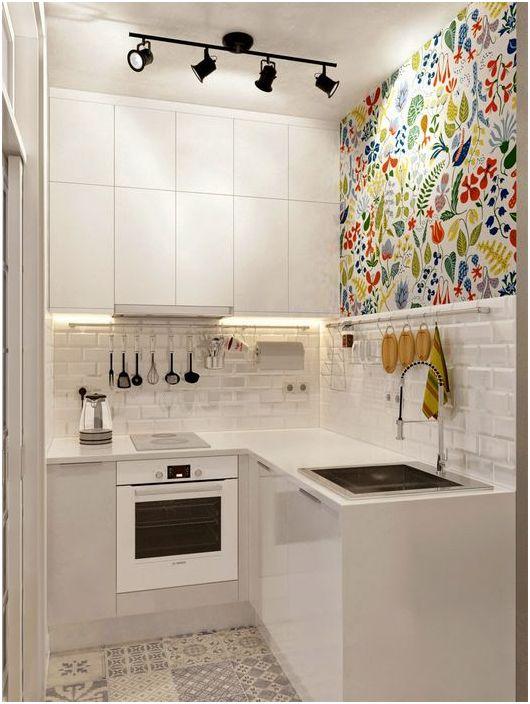 Białe fronty mebli w małej kuchni