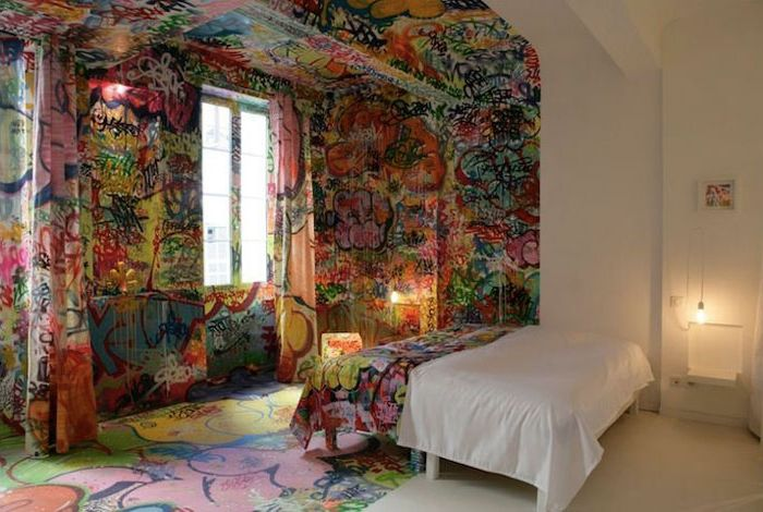Graffiti w sypialni.