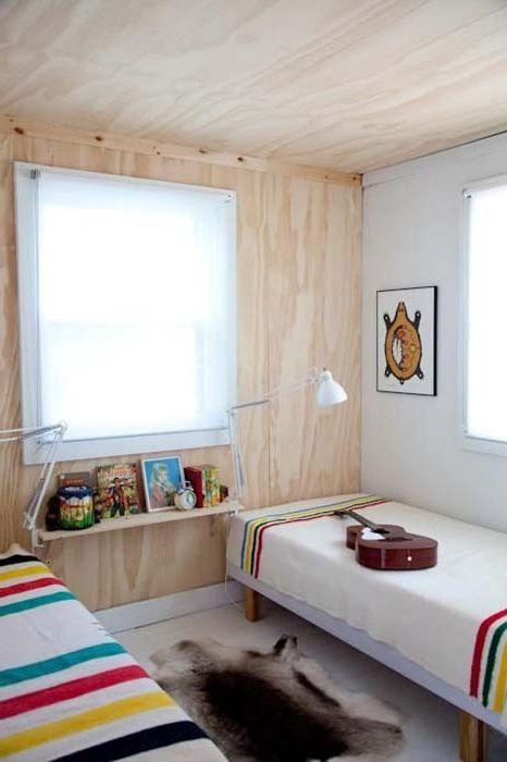 Drewniana dekoracja ścian i sufitów w pokoju dziecinnym.