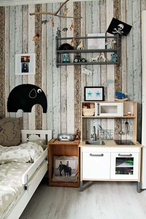 Ściana w pokoju dziecinnym, osłonięta deskami.