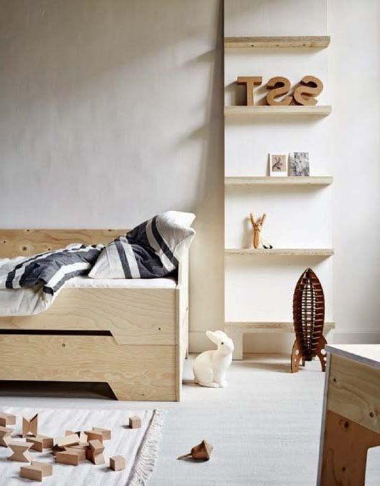 Drewniane meble w pokoju dziecięcym.