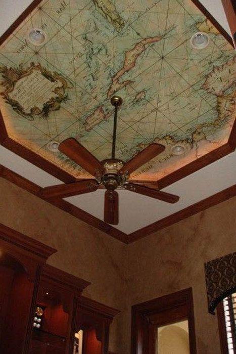 Потолок, оклеенный географическими картами