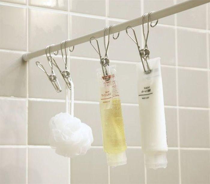 Klipit kylpyhuone tarvikkeita.