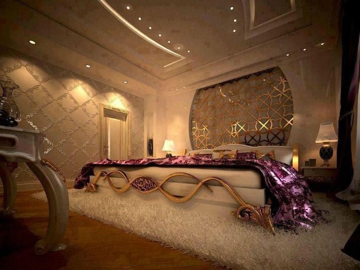 A hálószoba dekorációjában szereplő arany elemek fényt és elegáns fényt adnak hozzá.