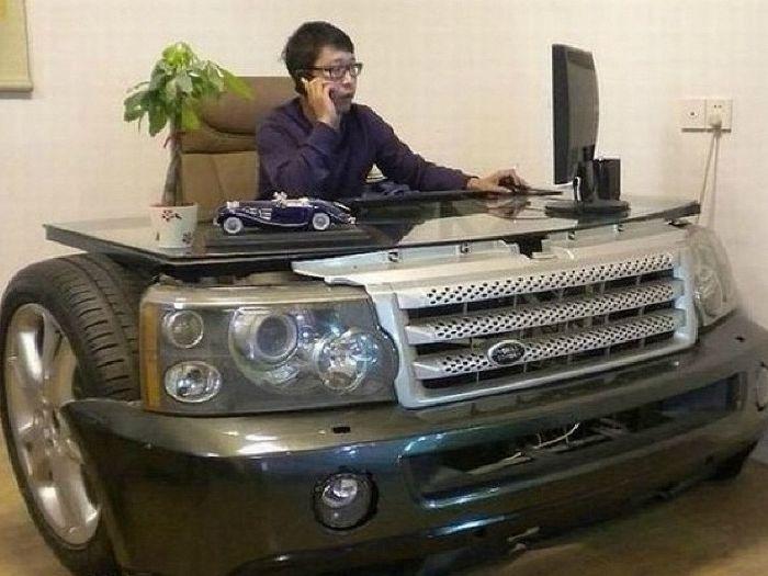 Eredeti irodai asztal autó formájában.