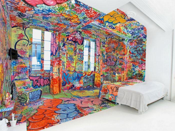 A hálószoba falai és az ágynemű utcai graffiti stílusban készültek.