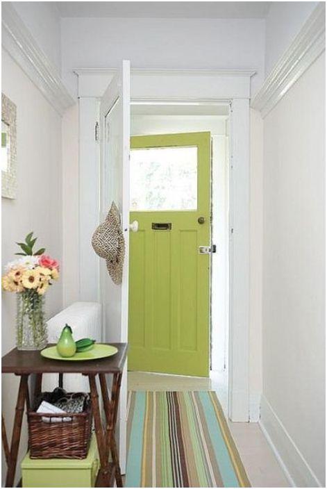 Dørens grønne farge gjentas på teppet og annet tilbehør