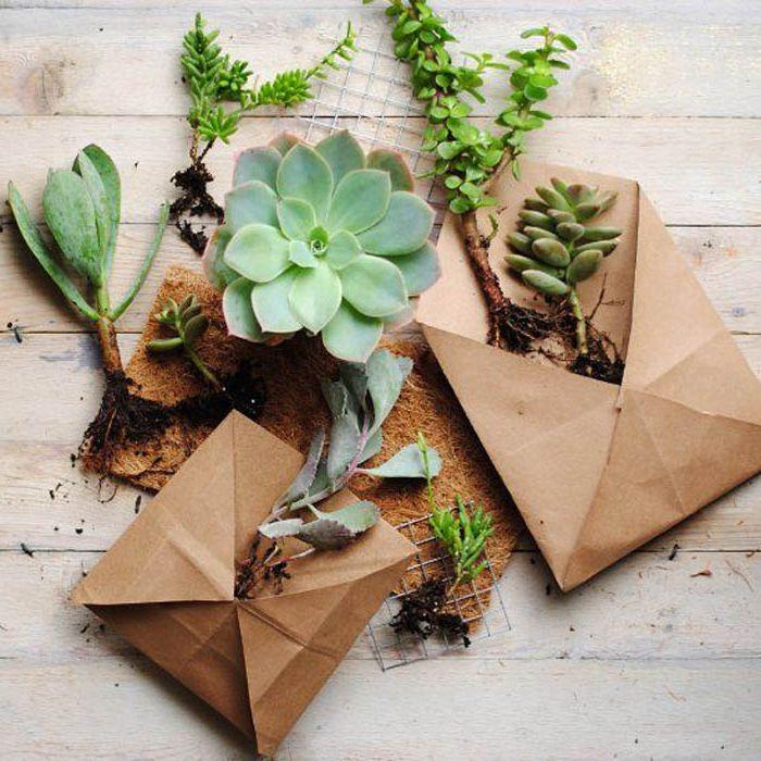 Саксии за цветя под формата на пликове.