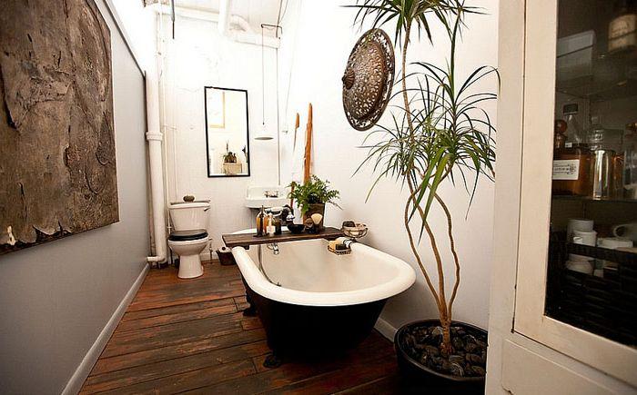 Podstawą kompozycji jest czarno-biała wanna i toaleta