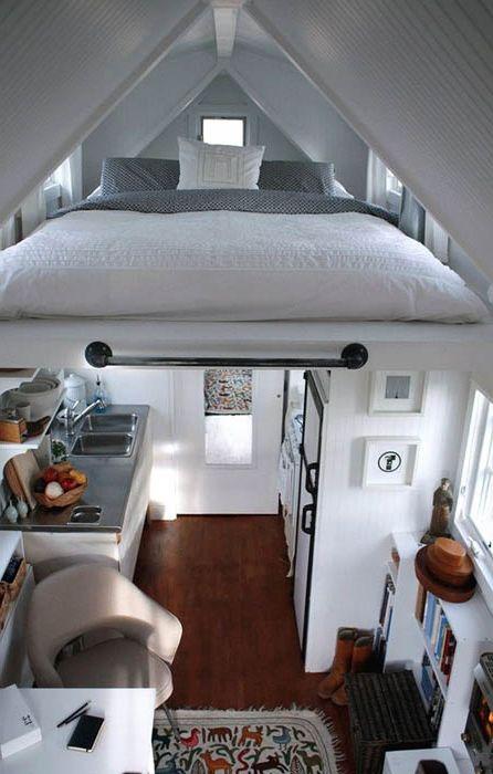 Кровать под потолком.