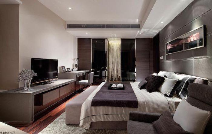 Sypialnia ze wspaniałym układem mebli.