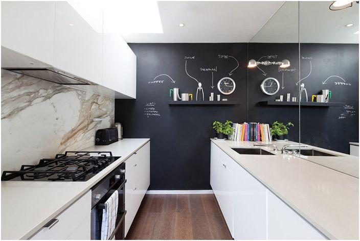 Огледало в интериора на кухнята