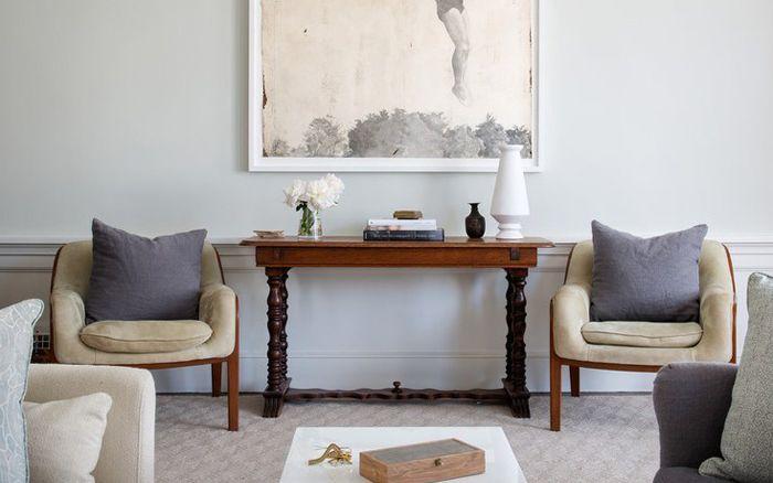 Sivupöytä ja kaksi nojatuolia