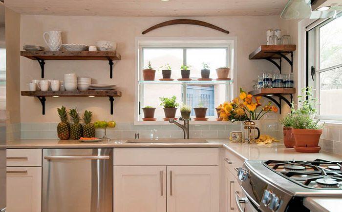 Hengende hyller på kjøkkenet av Jennifer Ashton Interiors