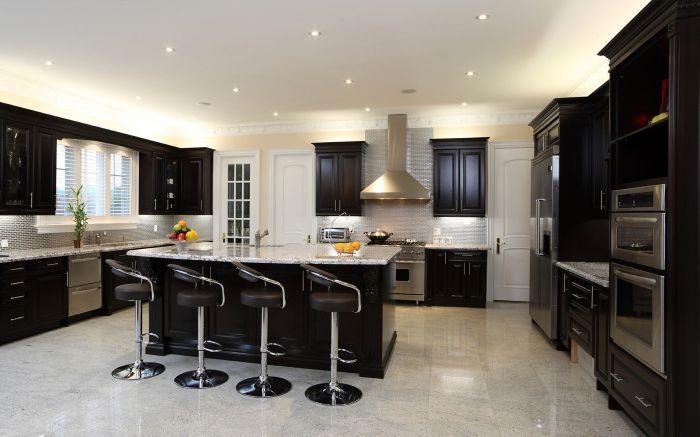 Стильная черная кухня.