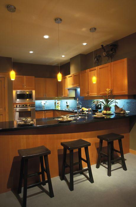 Стулья и столешница хорошо подчеркивает стиль кухни.