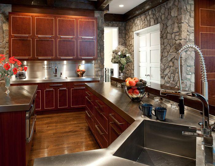 Черная посуда и ваза в кухне будет выглядеть очень стильно и практично.