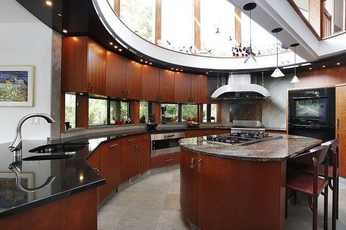 Черная столешница и такой же потолок над ней будут зрительно увеличивать кухню.