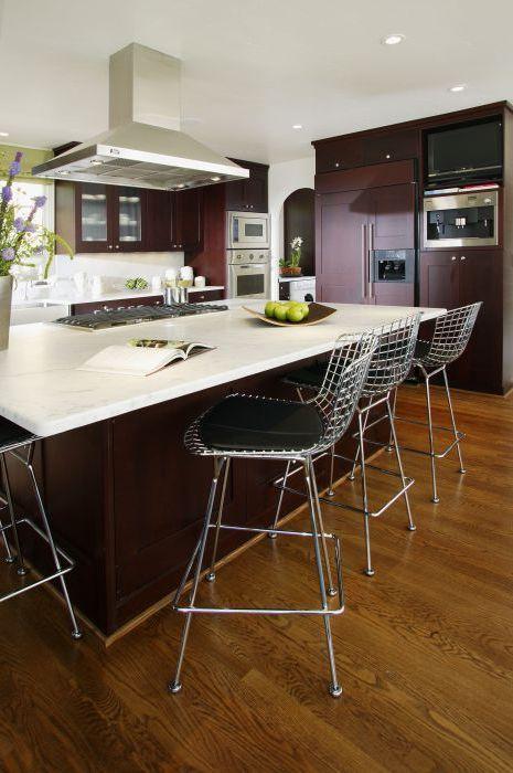 Небольшая мелочь черного цвета в дизайне интерьера кухни.