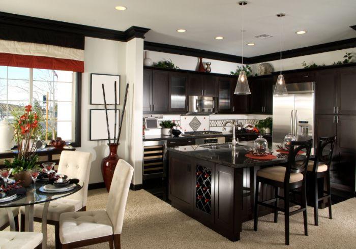 Черная кухня ярко контрастирует с белой гостиной.