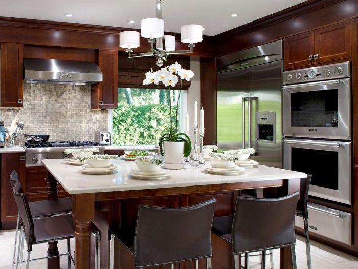 Черные стулья в великолепной кухне в современном стиле.
