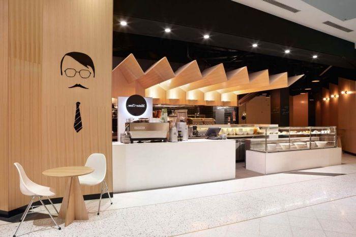 Окаченият таван хармонично се съчетава с дизайна на този съвременен ресторант.
