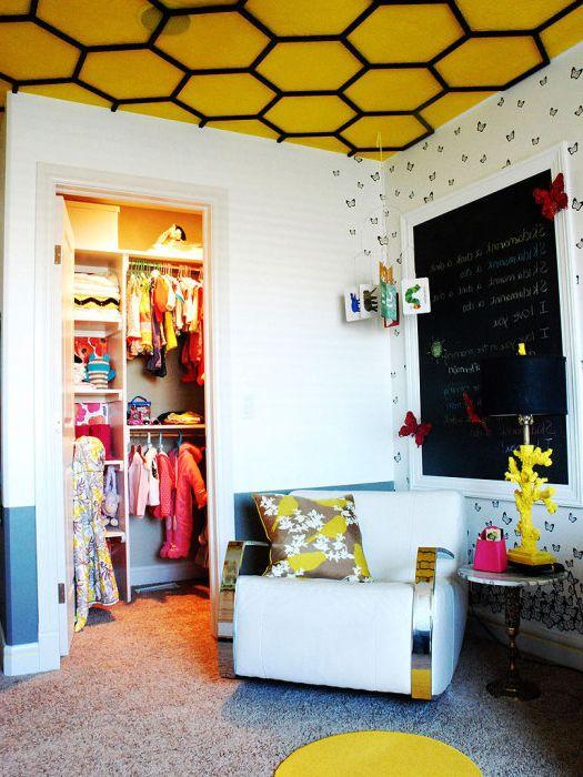 Ярко жълтият цвят на тавана ще добави жизнерадост на стаята.