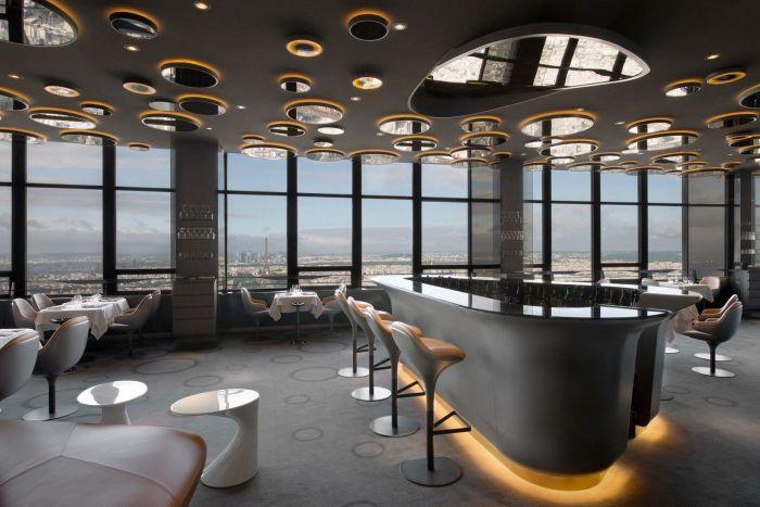 Огледалата на тавана добавят дълбочина в стаята и визуално разширяват пространството.