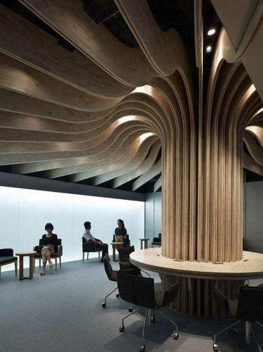 Колоната прилича на ствол на дърво, а таванът е нейните клони.