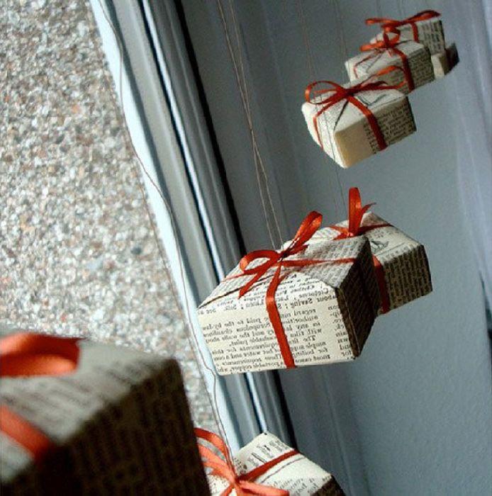 Кутии с подаръци на прозорците.