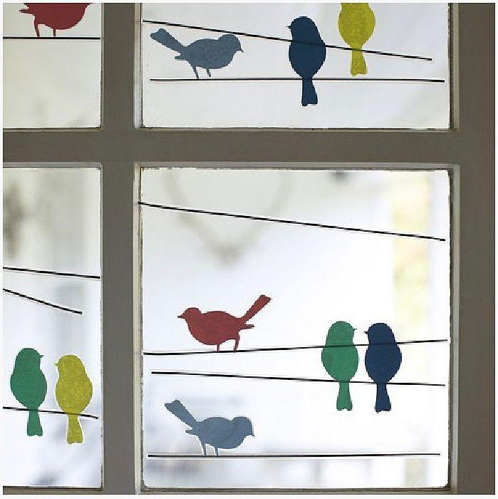 Многоцветни птици на прозорците.