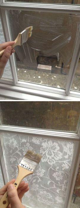 Дантела залепена на прозореца.