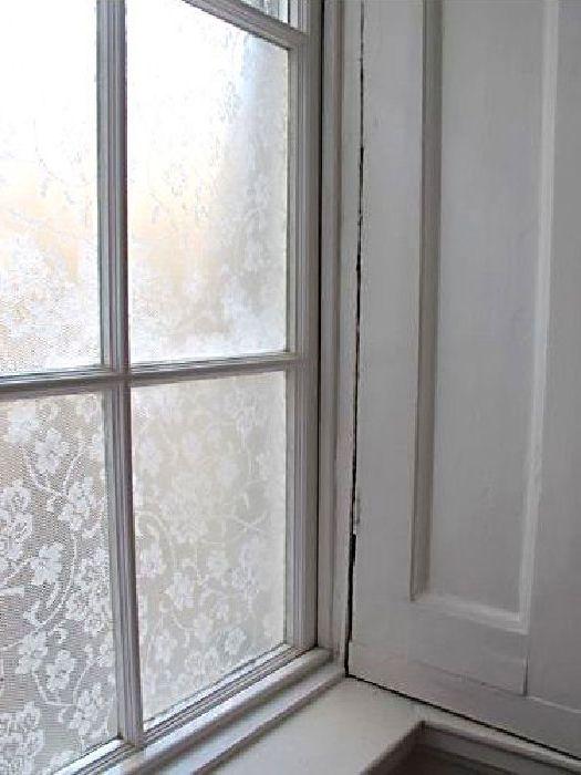 Дантела върху прозорците.