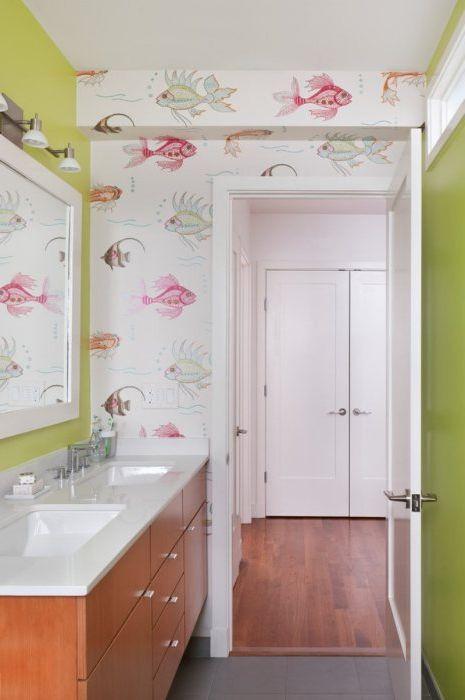В банята можете да залепите както ярки и весели тапети, така и нещо по-неутрално. Основното е, че всичко изглежда хармонично.