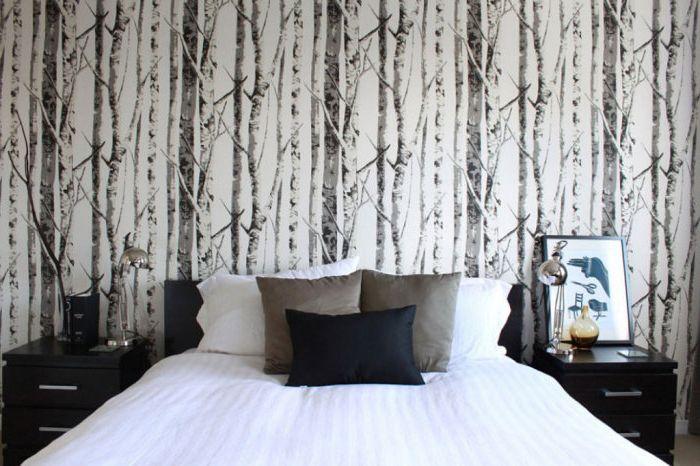 Снимките на природата върху тапета в спалнята ще създадат интимна и уютна атмосфера.