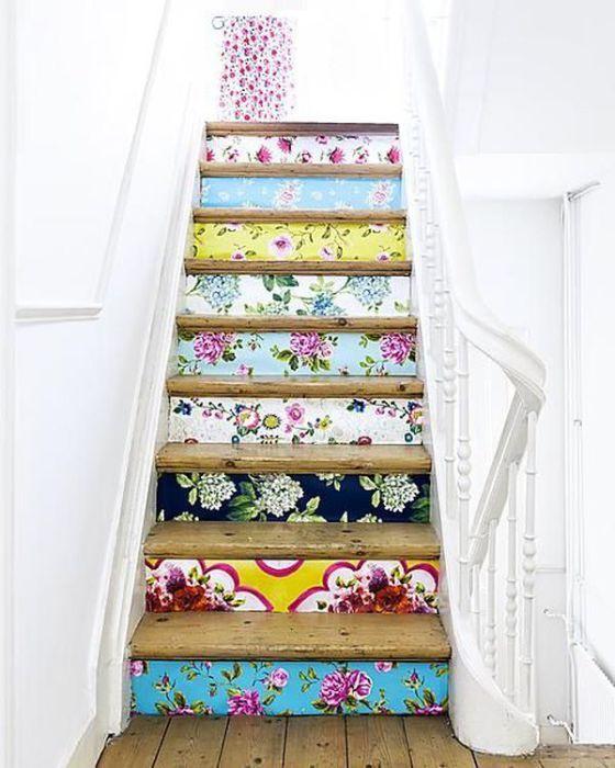 Тапети с различни цветове и структури ще придадат на стълбите уникален характер.