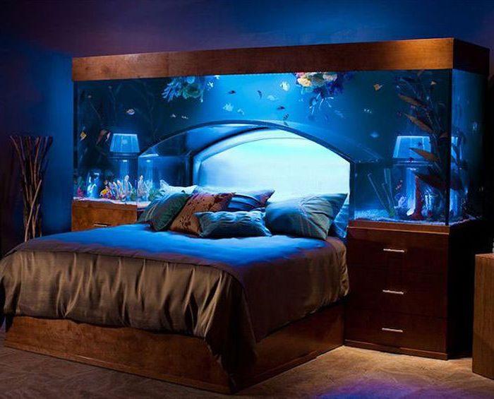 Akwarium na czele łóżka.