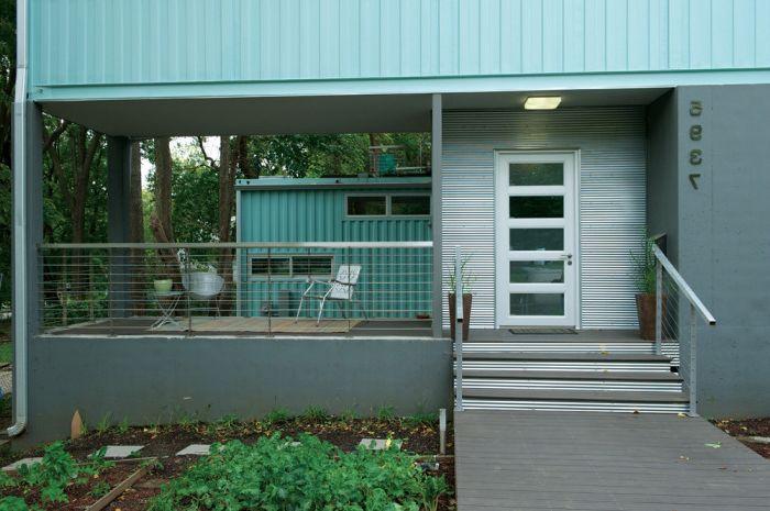 Fasada domu wykonana z kontenerów.