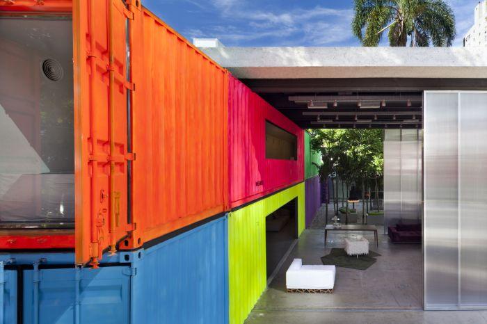 Jasne wnętrze domu z kontenerów transportowych.
