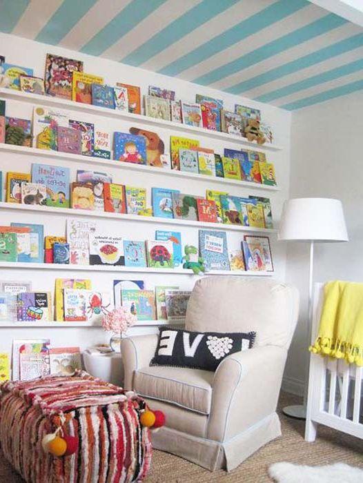 Sufit w paski w pokoju dziecinnym.
