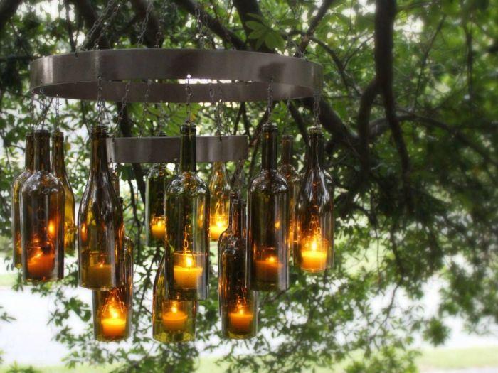 Изключителен полилей в средновековен стил, който се състои от метална рамка, бутилки за вино и свещи.
