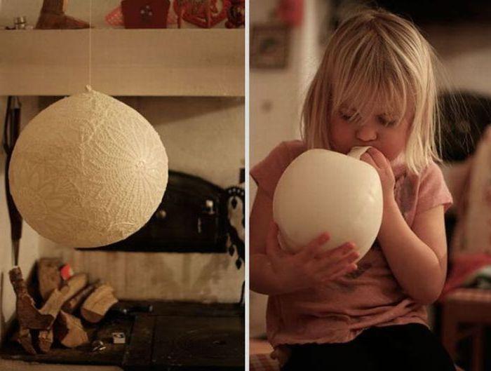 Koronka przyklejona do balonu może być świetnym abażurem do lampy.
