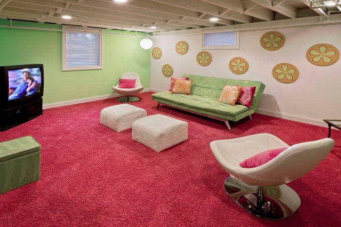 Стая с плюшени мебели и голям мек килим на пода.