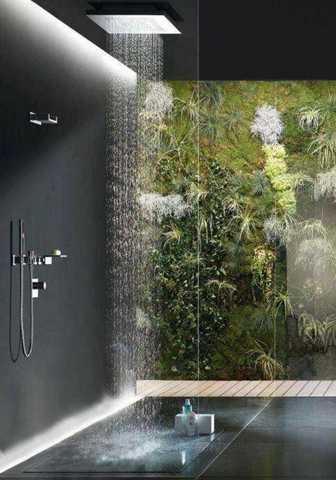 Разкошен душ с тропически растения.