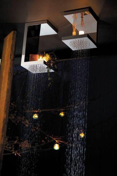 Необичаен душ с рафтове за декор елементи.