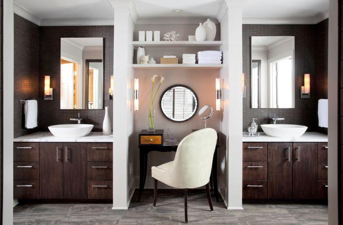 Идеи за декориране на тоалетка с огледало и осветление.