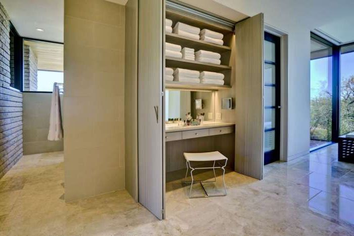 Практичный и оригинальный способ обустроить туалетный столик в шкафу.