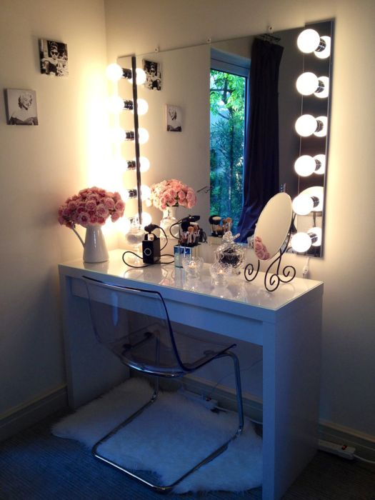 Малка, минималистична маса с голямо осветено огледало.