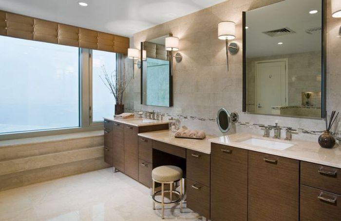 Стильный туалетный столик с маленьким зеркальцем.